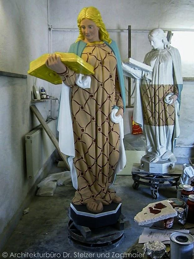 """Aufsetzen der Figuren auf den Schmuckgiebel / Mittelrisalit. Die 3 Figuren """"Wahrheit"""", """"Weisheit"""" und """"Gerechtigkeit"""" wurden nach den vorhandenen Originalen aus Kalksteinblöcken neu geschlagen."""