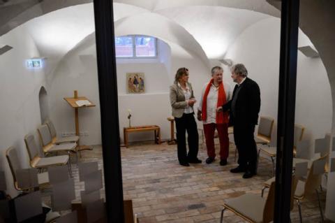 Die neuen Nutzerinnen im Gespräch mit dem Architekten: Seminarleiterinnen Theresa Rinecker (links) und Hildegard Hamdorf-Ruddies stehen mit Thomas Zaglmaier in einem Kursraum, der im Keller entstanden ist. (BILD: JENS SCHLÜTER)